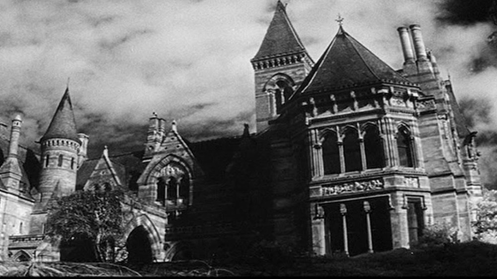 the haunting of hill house essay A look at how shirley jackson's the haunting of hill house and toni morrison's beloved share a distinctly feminine perspective.